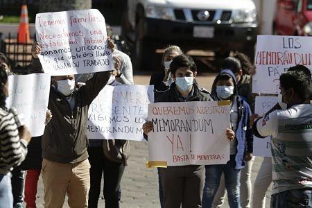 Salubristas-protestan-afuera-de-la-Cumbre-de-Salud-exigiendo-sus-memorandum-al-Ministro