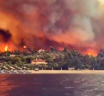 El-fuego-avanza-imparable-sobre-las-viviendas-en-la-isla-griega-de-Eubea